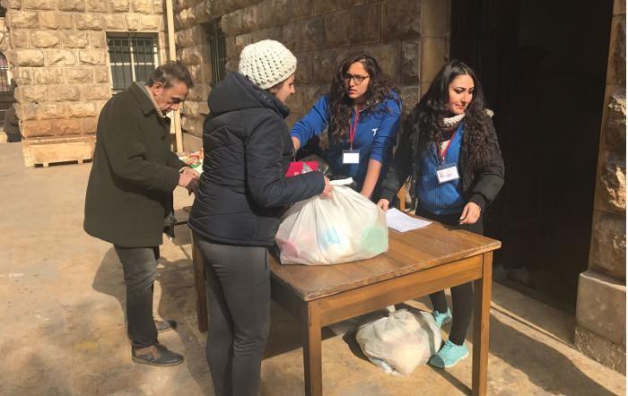 Distribution de rations alimentaires à la paroisse catholique de rite latin