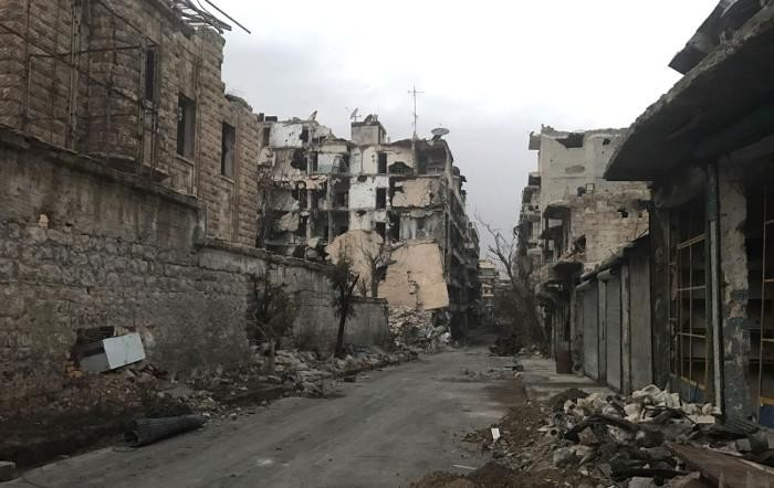 Une rue d'Alep dévastée par les bombardements