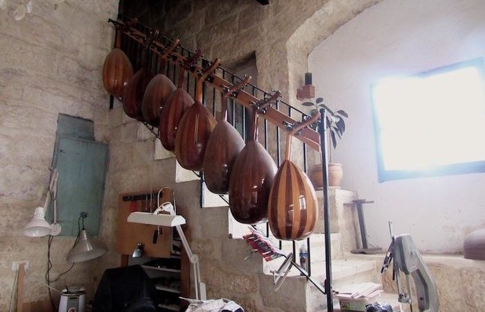 Instruments de musique accrochés dans latelier de Beit Sahour.