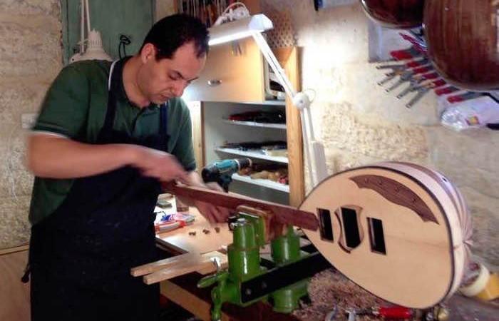 Le luthier à l'oeuvre sur un buzuq.