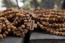 De Bethléem au Panama, des chapelets en olivier pour les JMJ