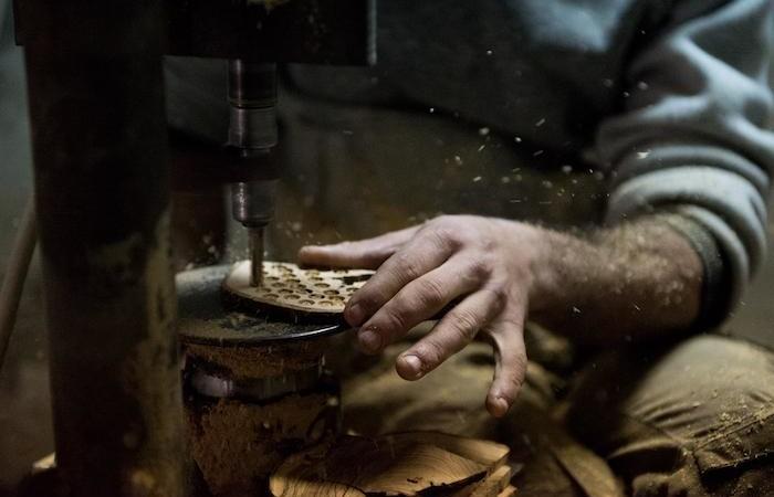 Section de tronc d'olivier travaillée pour obtenir les grains.