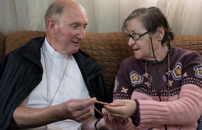 Mgr Pierre Bürcher avec une des femmes partie prenante du projet.