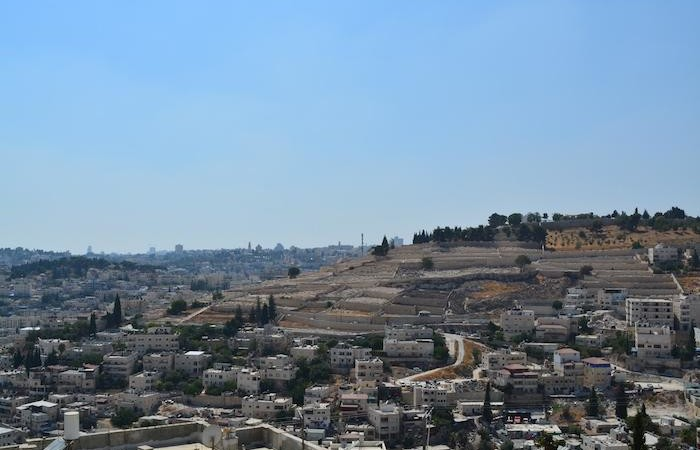 Voici la vue de la maison. À l'horizon, le Mont Sion avec la basilique de la Dormition.