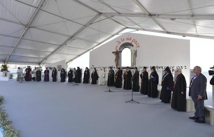 Vue d'ensemble du podium mis en place pour la prière oecuménique sur le front de mer de Bari.