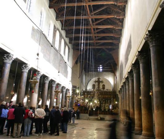 L'intérieur de la basilique de la Nativité à Bethléem : la charpente en bois est exposée aux intempéries. (Photo E. Bermejo) [album 1/2]