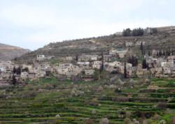 Batir : un village, ses champs et la barrière de sécurité