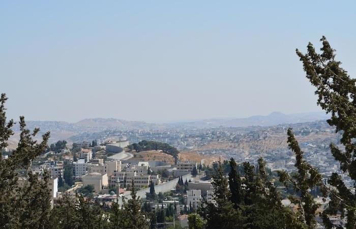 Le regard va à Bethléem. En arrière-plan sur la droite, on peut voir le cône tronqué de l'Herodion.
