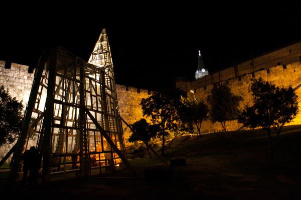 Aux pieds des murailles et du couvent Saint Sauveur une cathédrale de lumière