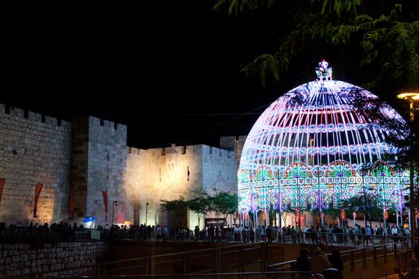 La coupole porte de Jaffa, inspirée de la Renaissance italienne elle renvoie aussi au Dôme du Rocher