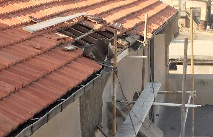 Une entaille dans le toit.