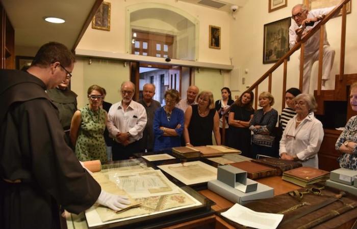 Les membres du Comité Scientifique explorent les trésors de la Custodie de Terre Sainte se trouvant dans les archives de la Custodie.