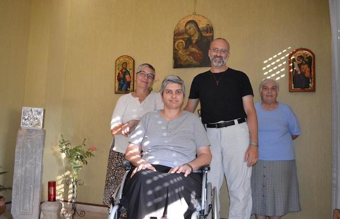 Don Morlacchi avec quelques consacrées de la Casa Mater Misericordiae.