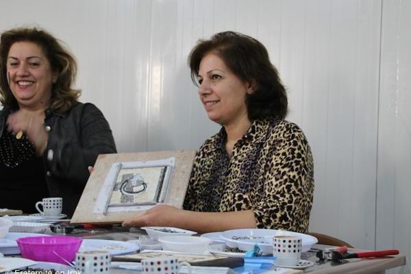 Fraternité en Irak a ouvert un atelier de fabrication d'oeuvres en mosaïque dans le camp d'Ashti à Erbil en 2016 . Le but est double : redonner une activité aux femmes qui y travaillent et leur offrir un lieu où se retrouver. © Fraternité en Irak