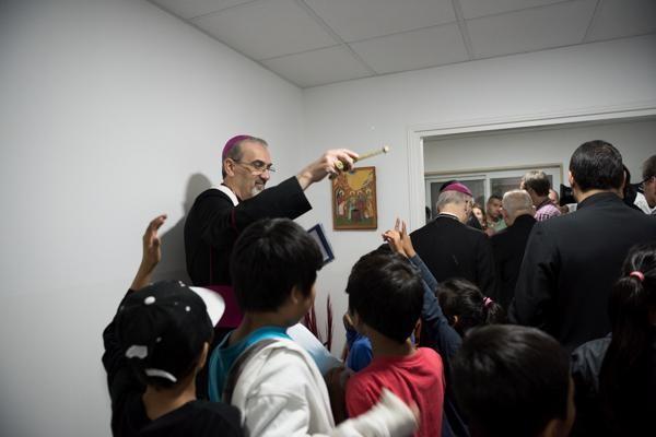 Bénédiction des locaux et des enfants par Mgr Pizzaballa ©Nizar Halloun/CTS