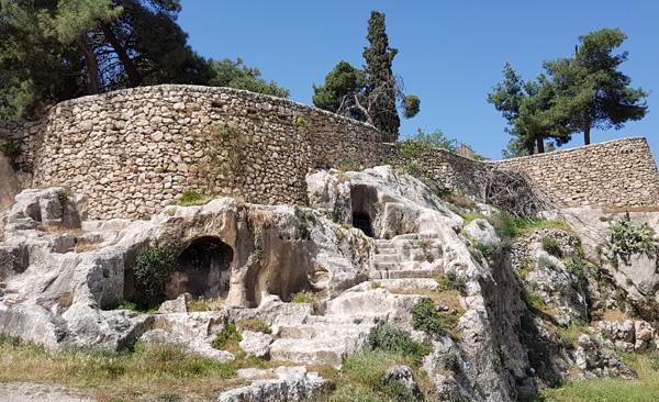 Chambres funéraires creusées à même  le roc dans la vallée de l'Hinnom ©MAB/CTS