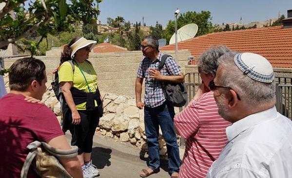 Yonatan Mizrahi directeur de l'ONG israélienne Emek Shaveh au milieu du groupe du jour ©MAB/CTS