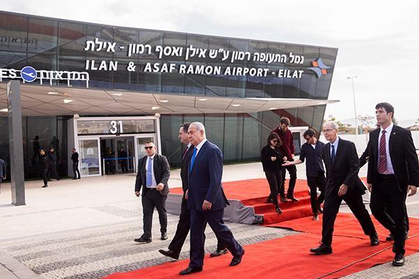 Le Premier ministre, Benjamin Netanyahu, et à sa droite le ministre des Transports, Israel Katz, à laéroport international Ramon, près d'Eilat, le 21 janvier 2019 © Yonatan Sindel / Flash90