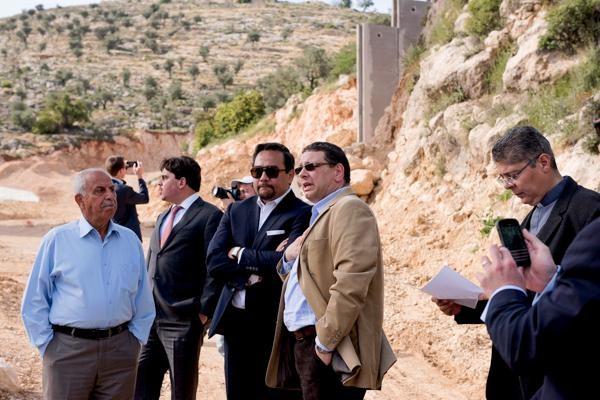 Le directeur de la société Saint-Yves, Raffoul Rofa, en veste claire, briefe l'ambassadeur américain au Conseil des Droits de l'Homme à l'ONU, Keith Harper, sur la situation à Crémisan. (c) Sesto Chouffot/CTS