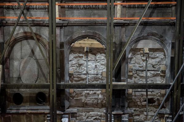 """Album photo 4/6  Les """"fenêtres"""" démurées laissent apparaître une maçonnerie antérieure.  ©Nadim Asfour/TSM"""