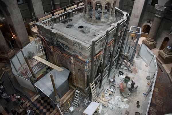 Album photo 1/6 Vue depuis la galerie médiévale des Franciscains. Le tombeau de Jésus est en chantier à 360 degrés. ©Nadim Asfour/TSM