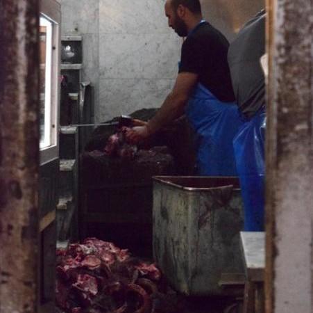 Coup d'oeil furtif dans une charcuterie du Souk des Bouchers. © Cécile Lemoine