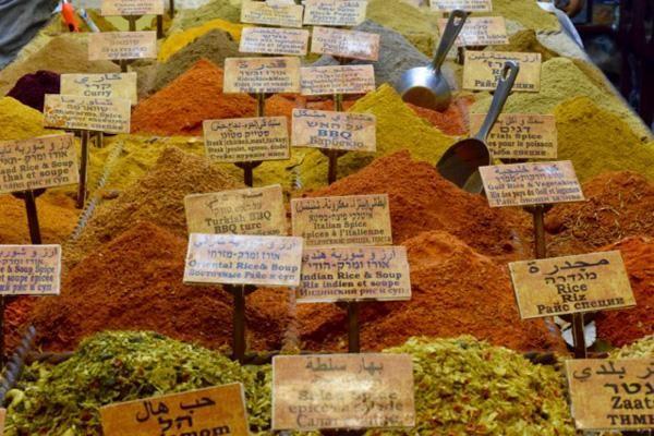 L'étale colorée et parfumée de la boutique « King of Spices ». © Cécile Lemoine