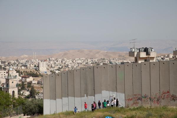 1/4 - Peinture sur le mur de séparation à Al-Aizariyeh. Au loin le désert de Judée et la Jordanie. © H. Morlet