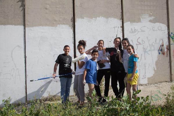 3/4 - Les jeunes du centre après la peinture du mur. © H. Morlet