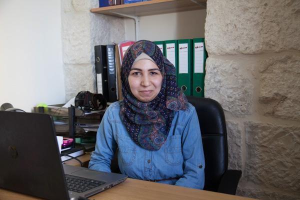 4/4 - Aya, palestinienne d'Al-Aizariyeh, travaille au centre depuis un an. © H. Morlet