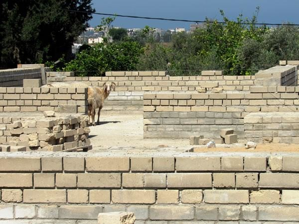 À la maternelle du village de Umm al Nasser, cependant, la construction est  à l'arrêt...