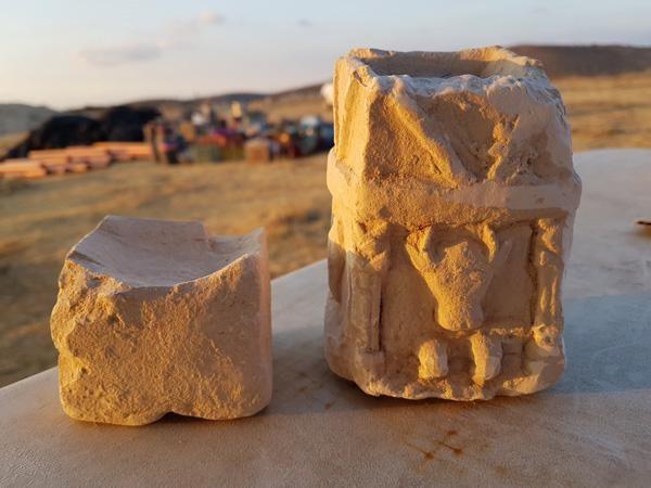 Deux autels d'encens cultuels trouvés dans l'une des pièces de la structure ©Michal Haber/Israel Antiquities Authority