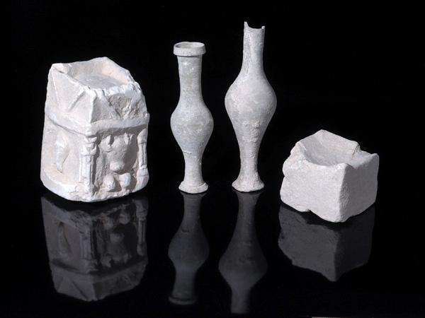 Exemples de vaisselles pour le culte découvertes dans l'une des pièces de la structure ©Clara Amit/Israel Antiquities Authority