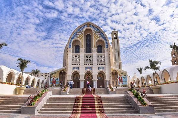 L'ombre des martyrs plane sur la cathédrale rénovée du Caire