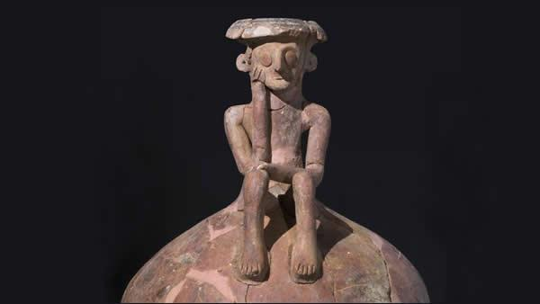 Le pot reconstitué, et la main de la figurine porte comme dans la sculpture de Rodin le point d'une tête pensante © Courtesy of the Israel Antiquities Authority.