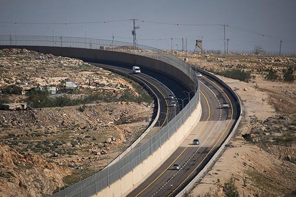 Israël: une route qui divise dans tous les sens du terme