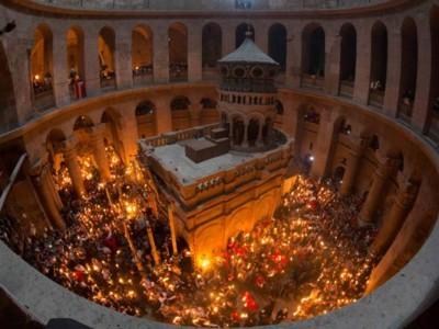 Livre sur le Feu sacré: les orthodoxes éteignent l'incendie