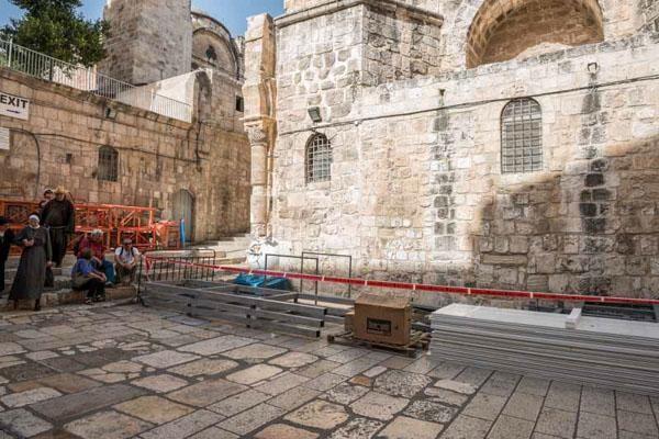 4/7 Photo du 26 mai, le matériel déposé sur le parvis de la basilique ©Nadim Asfour/CTS