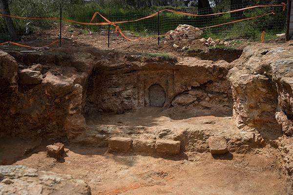 Porte d'entrée sur la façade d'un caveau familial de l'époque hasmonéenne sur le site de fouilles archéologiques dans le quartier de Sharafat à Jér
