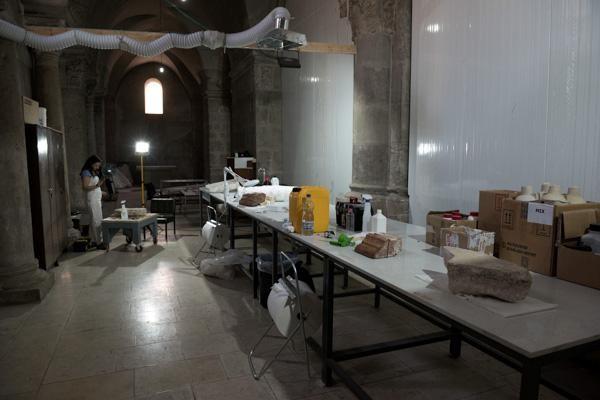 Album photo 6/6 Le laboratoire installé dans la galerie des Franciscains. Le matériel y arrive par un monte charge.  ©Nadim Asfour/TSM