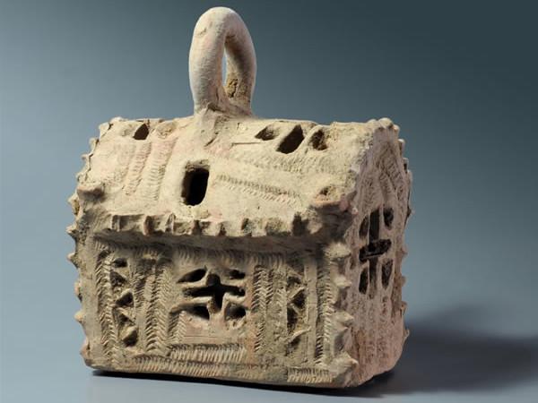Maquette en argile, probablement d'une église, utilisée en lampe votive.(Photo © C. Amit/Iaa)