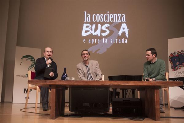 Père Claudio Monge (au centre) présenté par Ernesto Olivero le soir du 4 Octobre au SERMIG de Turin. (Deux photos de Andrea gothique/NP)
