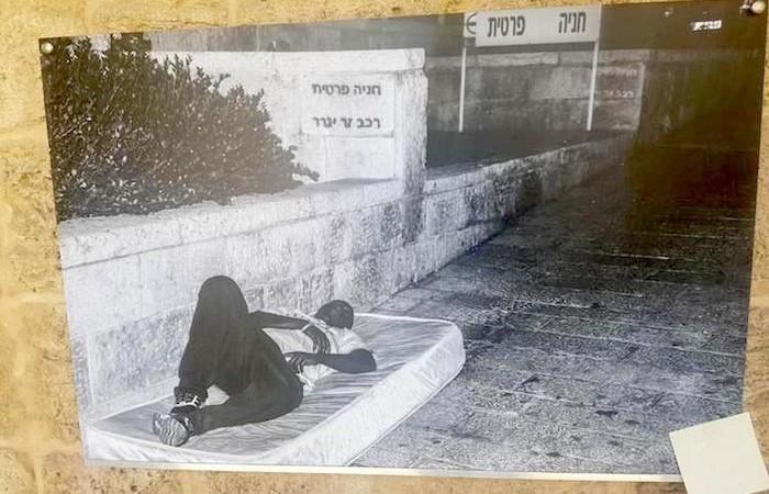"""""""Parking privé"""". Adeeb a dormi dans la rue et sur cette photo il fait face à ce passé douloureux. ©House of Grace"""