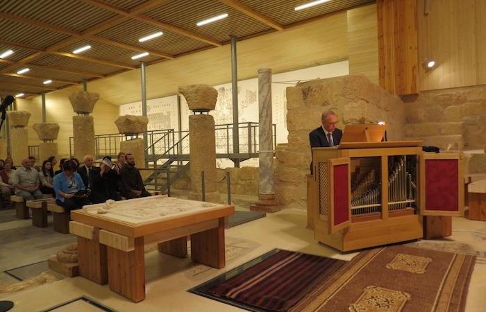 Le maestro Alessandro Licata à l'orgue de la basilique du Mont Nébo (Jordanie), lors du concert en mémoire de Fr. Michele Piccirillo.