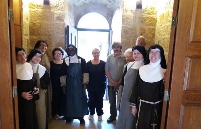 Les hôtes de l'Hospitalité des Saints Claire et Jacques avec les clarisses. ©photo Fraternité de Saint Jacques de Compostelle