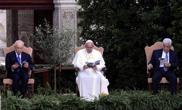 Le pape écrit aux chrétiens de Gaza et téléphone à Shimon Peres et Mahmoud Abbas