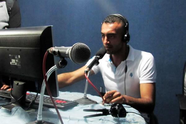 Osama Abu Safer dans le studio de la Radio Al-Erada. (Photo C. Cruciati)