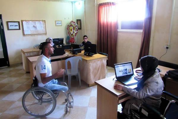 Oussama et quelques-uns de ses collègues dans les bureaux de la radio de Gaza.