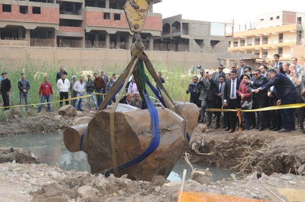 Trésor enfoui: une énorme statue déterrée en Egypte