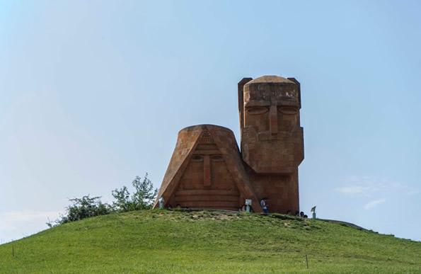 « Nous sommes nos montagnes » est le nom de ce monument symbolique du Haut-Karabakh, situé aux portes de la capitale Stepanakert.